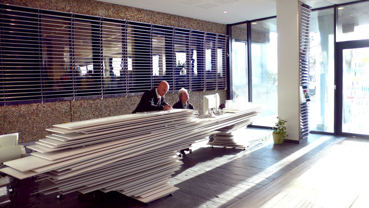 Banque D Accueil Design Et Boites Aux Lettres Totems Sur