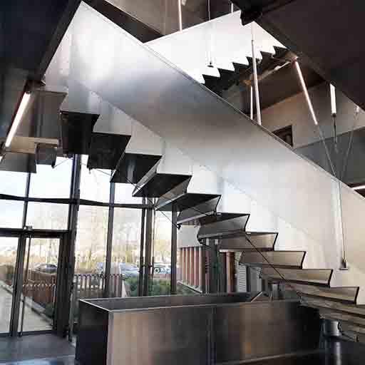 Escalier monumental tolefi aluminium suspendu